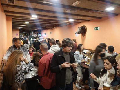 Patrons in El Tigre del Norte, a bar in the center of Madrid, last Saturday.