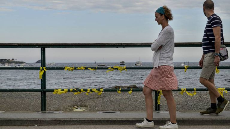 Yellow ribbons on the Paseo del Mar bridge in Cadaques last Wednesday.