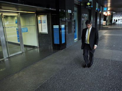 Martinsa-Fadesa chairman Fernando Martín leaves the company's headquarters after the firm's bankruptcy.