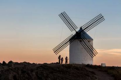 Cyclists at the windmills of Consuegra (Toledo province), on the Ruta del Quijote.