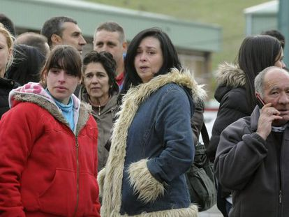 Friends and relatives mourn at the Pozo Emilio del Valle facility.