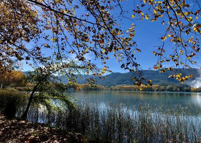 Lake Banyoles is located near the forest trail recommended in the book.