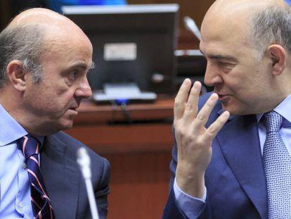 Economy Minister Luis de Guindos (l) and EU Finance Commissioner Pierre Moscovici.