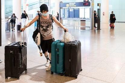 Travelers arrive in Barcelona's El Prat airport on June 21.