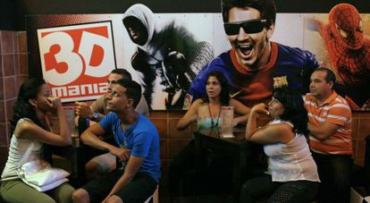 Audience at the 3D theater Mania de la Habana.