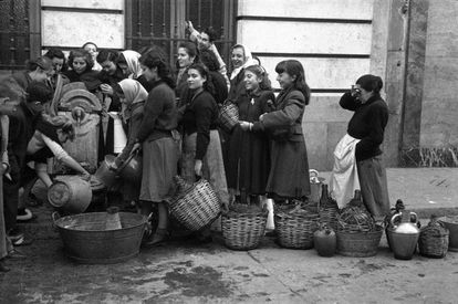 Water rationing in Madrid, a picture taken for 'Informaciones' in December, 1950.