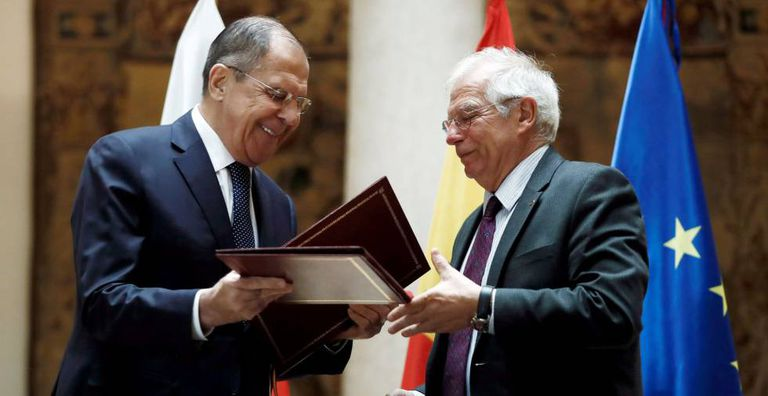 Josep Borrell (right), with his Russian counterpart, Serguéi Lavrov, at their meeting a year ago.