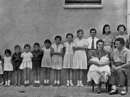 A large Spanish family in the 1960s.