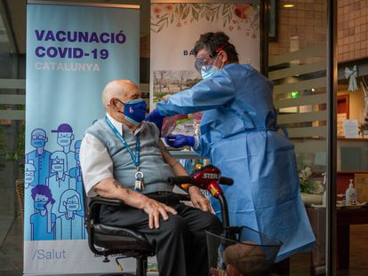 Rafael Perea, 94, is given the Covid-19 vaccine in Badalona (Barcelona).