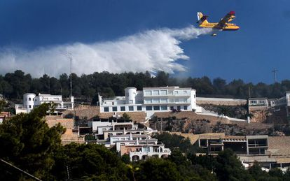 A firefighting aircraft dumps water in Cape San Antonio, in Xàbia.