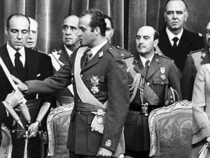Don Juan Carlos swears to defend the Constitution before Congress speaker Alejandro Rodríguez de Valcárcel on November 22, 1975.