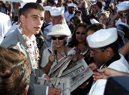 Josh Hartnett signing autographs during the premiere of 'Pearl Harbour,' the movie that made him a star in 2001.