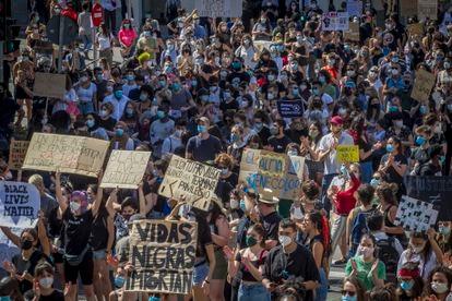 Dvd 1003 07.06.20 Manifestación frente a la embajada de EEUU por la muerte de George Floyd, contra el racismo. foto: santi burgos