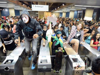Students invade Brasil's subway during the protests