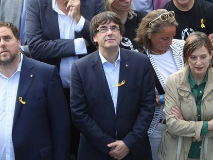 Regional premier Carles Puigdemont (c), with Catalan parliament speaker Carme Forcadell (r) and deputy premier Oriol Junqueras at a protest in Barcelona on Saturday.
