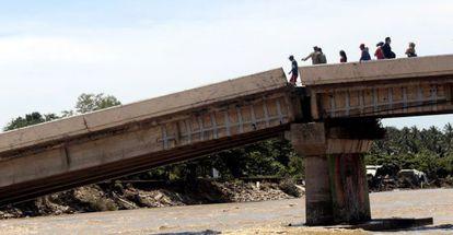 Survivors trying to cross a bridge in Coyuca de Benítez (Guerrero).