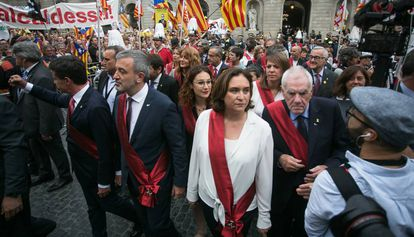 Laura Pérez (in glasses) behind Barcelona Mayor Ada Colau in Sant Jaume square.