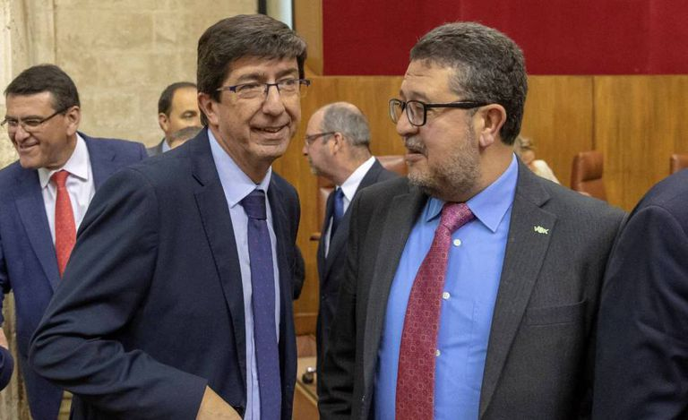 Vox deputy Francisco Serrano (r) inside the Andalusian parliament.