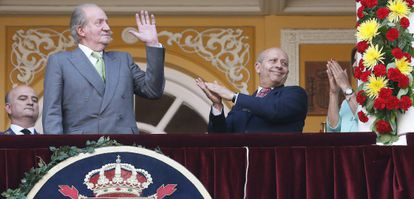 King Juan Carlos (l) announced his decision to abdicate on Monday.