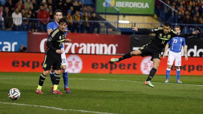 Spain's Pedro (r) fires home his side's winning goal in the Vicente Calderón.