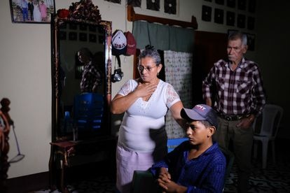 Wilton's grandparents Socorro Leiva (l) and José Incer watching the news inside their home in El Paraíso, Nicaragua.