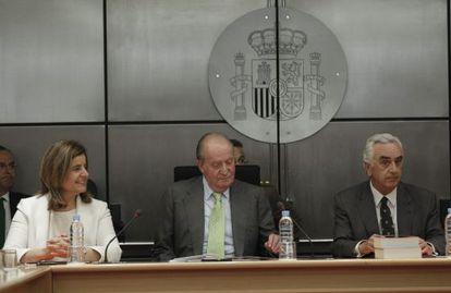King Juan Carlos (c) at a conference alongside Labor Minister Fátima Báñez on Thursday.