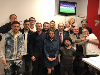 Members of the 'Game of Thrones' cast with Sevilla players at the Sánchez Pizjuán stadium.