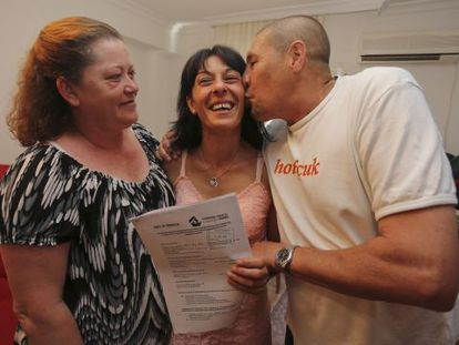 Ana María Gómez (center) with the expropriation document that saves her from eviction.
