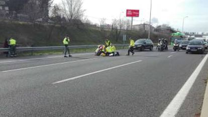 Taxi drivers surround a colleague who was hit by a car on the A-2 road in Madrid.