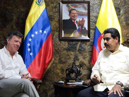 Juan Manuel Santos (left) and Nicolás Maduro at a meeting in Venezuela in 2013.