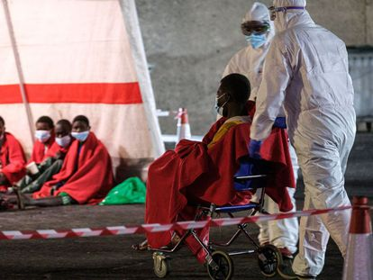 Migrants rescued from a craft are given medical attention in Arguineguín (Gran Canaria) in March 2021.