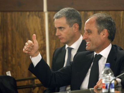 Former Valencia regional premier Francisco Camps (r) reacts after being found not guilty in the Gürtel corruption case.
