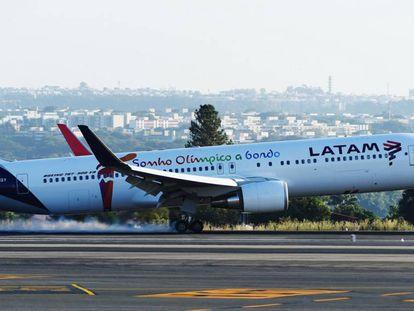 A Latam flight landing in Brasilia.