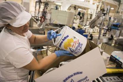 A factory worker packing the trademark cans in Arteixo (A Coruña).