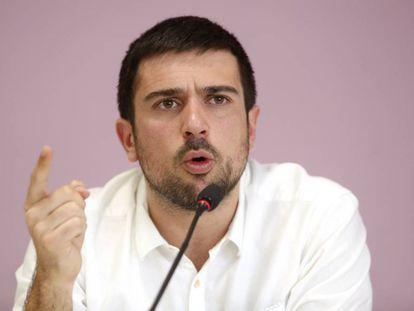 Ramón Espinar addresses the media in Madrid.