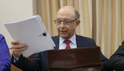 Finance Minister Cristóbal Montoro announcing the revised deficit figures.