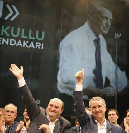 PNV President Andoni Ortuzar (l) and Basque premier Iñigo Urkullu greet supporters after their win.