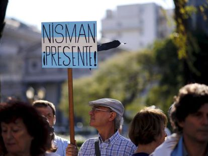 A man holds up a sign in support of late prosecutor Alberto Nisman.