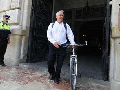 Joan Ribó, mayor of Valencia, leaves City Hall with his bicycle.