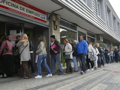People standing in line outside the employment offices in Vallecas (Madrid).