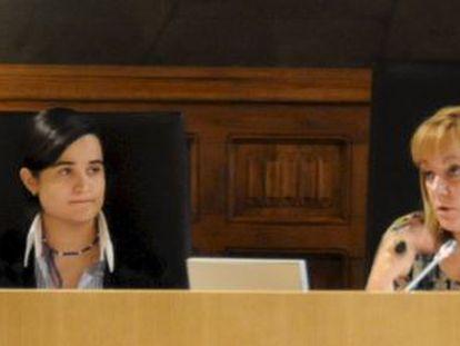 Montserrat Triana Martínez (left) sitting next to Isabel Carrasco at León Provincial Council.