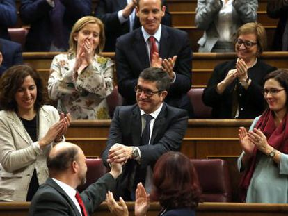 Patxi López (center) is congratulated after being elected the new speaker of Congress.