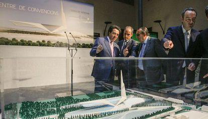 Calatrava (l) shows local politicians his planned convention center project back in 2008.