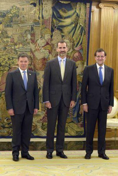Colombian President Juan Manuel Santos (left) met King Felipe VI (c) and Prime Minister Mariano Rajoy in Madrid on Monday.
