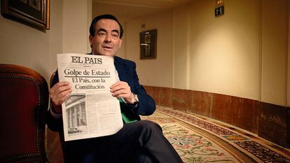 José Bono holds up a copy of the EL PAÍS special edition during an interview for the documentary.