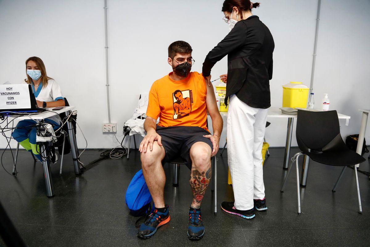 Tây Ban Nha đổ xô tiêm phòng cho người dưới 30 tuổi trong bối cảnh số ca nhiễm coronavirus tăng cao