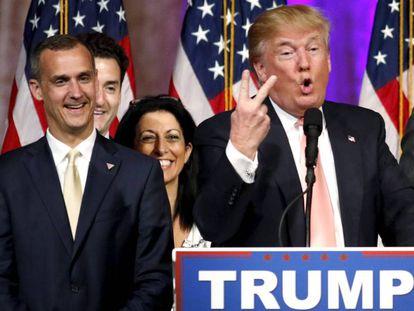 El hasta ahora jefe de campaña de Trump, Corey Lewandowski, a la izquierda del magnate en un acto del pasado marzo.