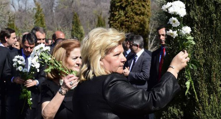 AVT President Ángeles Pedraza places the first bouquet in honor of the victims of the Madrid train bombings.