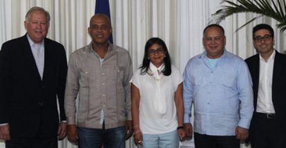 From left: Thomas Shannon, Haitian President Michell Martelly, Delcy Rodríguez, Diosdado Cabello, and an unidentified official.
