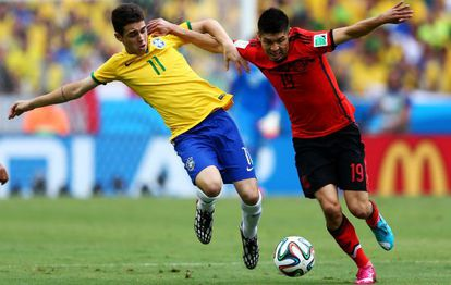 Peralta (r) tries to get away from Brazil's Óscar.
